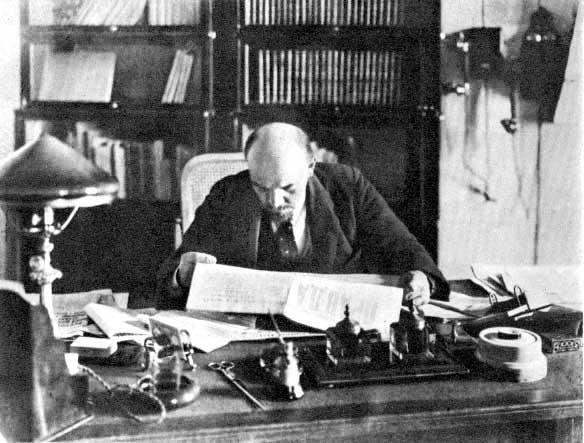 Lenin wswoim biurze Lenin wswoim biurze Źródło: domena publiczna.