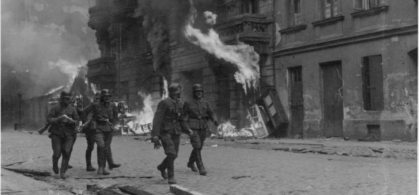 Żołnierze niemieckiej formacji SS na ulicy Nowolipie Źródło: Żołnierze niemieckiej formacji SS na ulicy Nowolipie, domena publiczna.