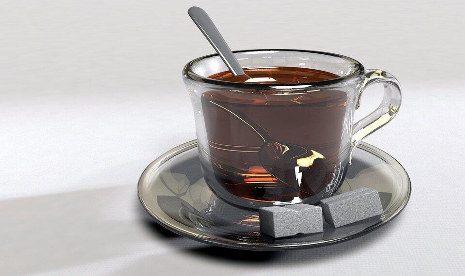 Zdjęcie rurki do napojów lub łyżeczki wszklance wody