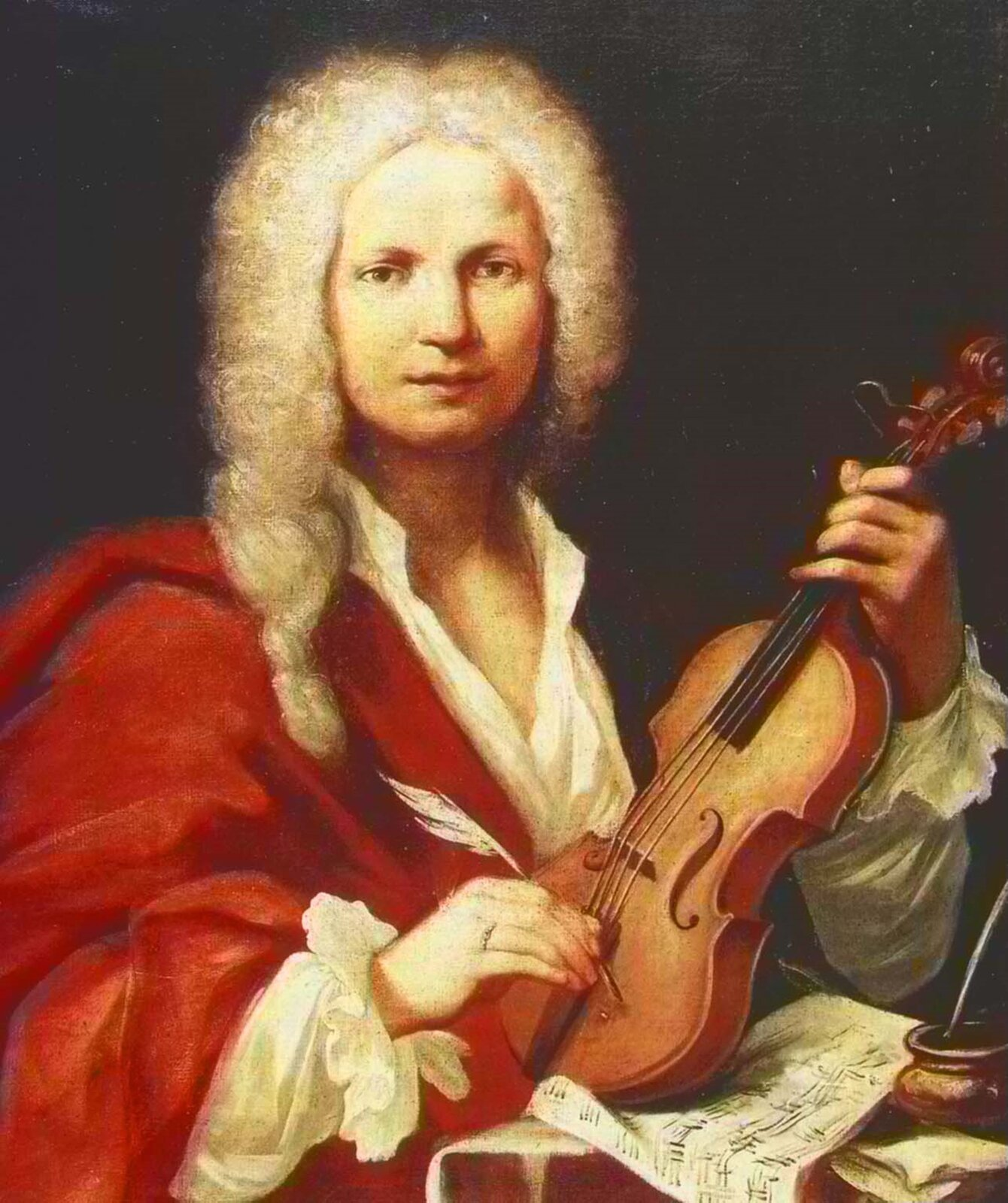 Ilustracja przedstawia portret Antonio Vivaldiego . Mężczyzna ma perukę sięgającą do ramion. Białą nie zapiętą pod szyją koszulę. Na portrecie ma duże ciemne oczy, zgrabny nos iusta. Wlewej dłoni trzyma skrzypce, wprawej gęsie pióro. Przed nim leży papier nutowy.