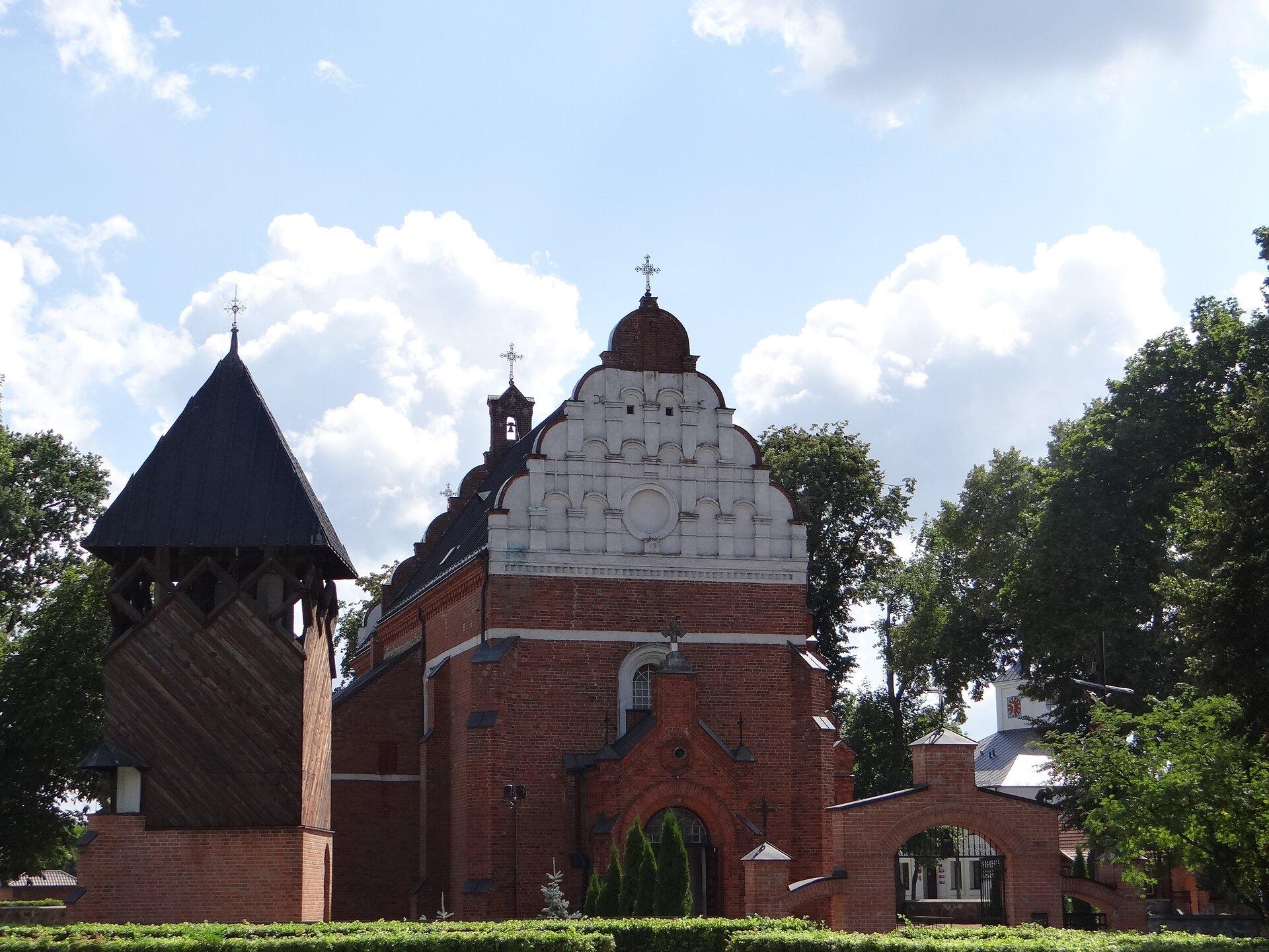 Kościół parafialny wBroku – widok zzewnątrz Kościół parafialny wBroku – widok zzewnątrz Źródło: Katarinka1711, Wikimedia Commons, licencja: CC BY-SA 3.0.