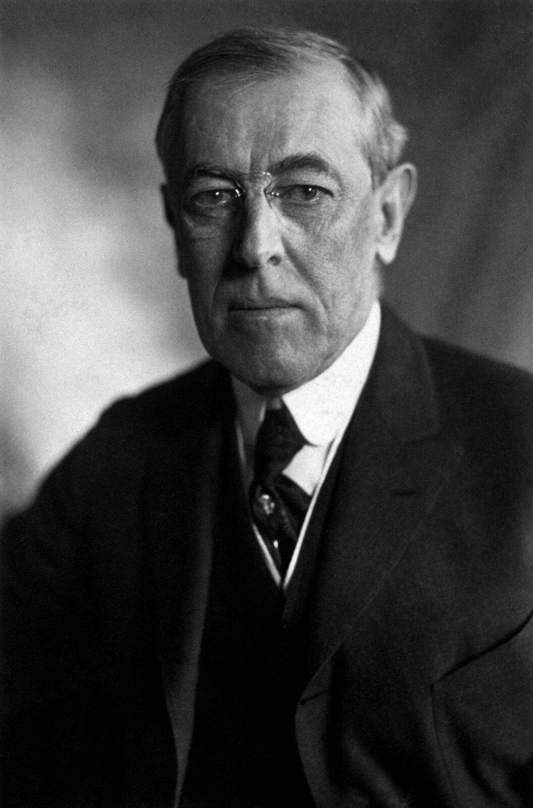 Prezydent Stanów Zjednoczonych Thomas Woodrow Wilson Źródło: Prezydent Stanów Zjednoczonych Thomas Woodrow Wilson, Fotografia, Biblioteka Kongresu Stanów Zjednoczonych, domena publiczna.
