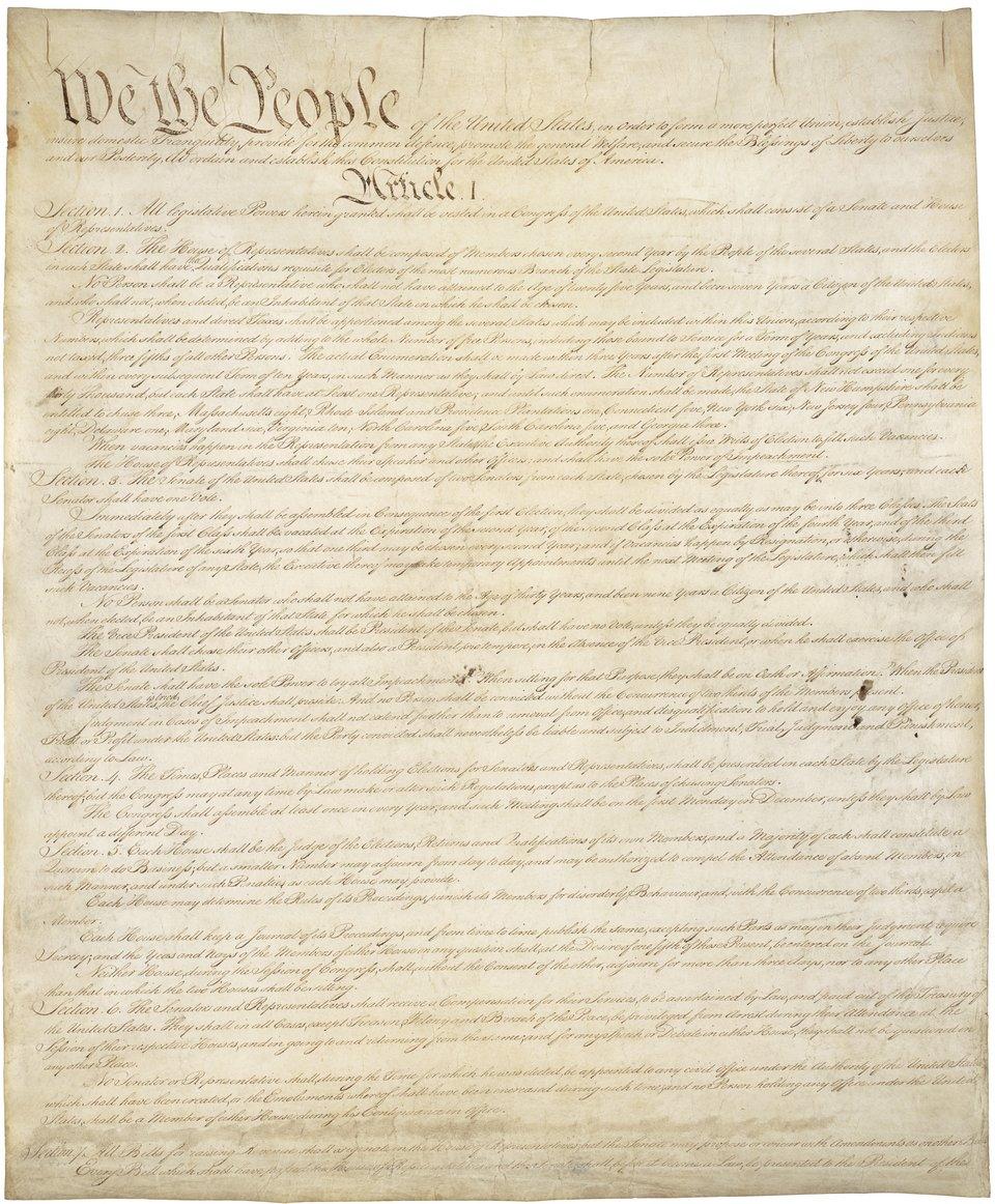 """Pierwsza strona Konstytucji Stanów Zjednoczonych z1787 r.Dokumentprzechowywany jest wArchiwum Narodowym wWaszyngtonie. Rozpoczyna się od słynnych iznanych każdemu Amerykaninowi słów """"My Naród"""" (We People). Podczas wizyty wKongresie w1989 r. od tych słów rozpoczął również swoje przemówienie prezydent Lech Wałęsa. Pierwsza strona Konstytucji Stanów Zjednoczonych z1787 r.Dokumentprzechowywany jest wArchiwum Narodowym wWaszyngtonie. Rozpoczyna się od słynnych iznanych każdemu Amerykaninowi słów """"My Naród"""" (We People). Podczas wizyty wKongresie w1989 r. od tych słów rozpoczął również swoje przemówienie prezydent Lech Wałęsa. Źródło: U.S. National Archives and Records Administration, domena publiczna."""