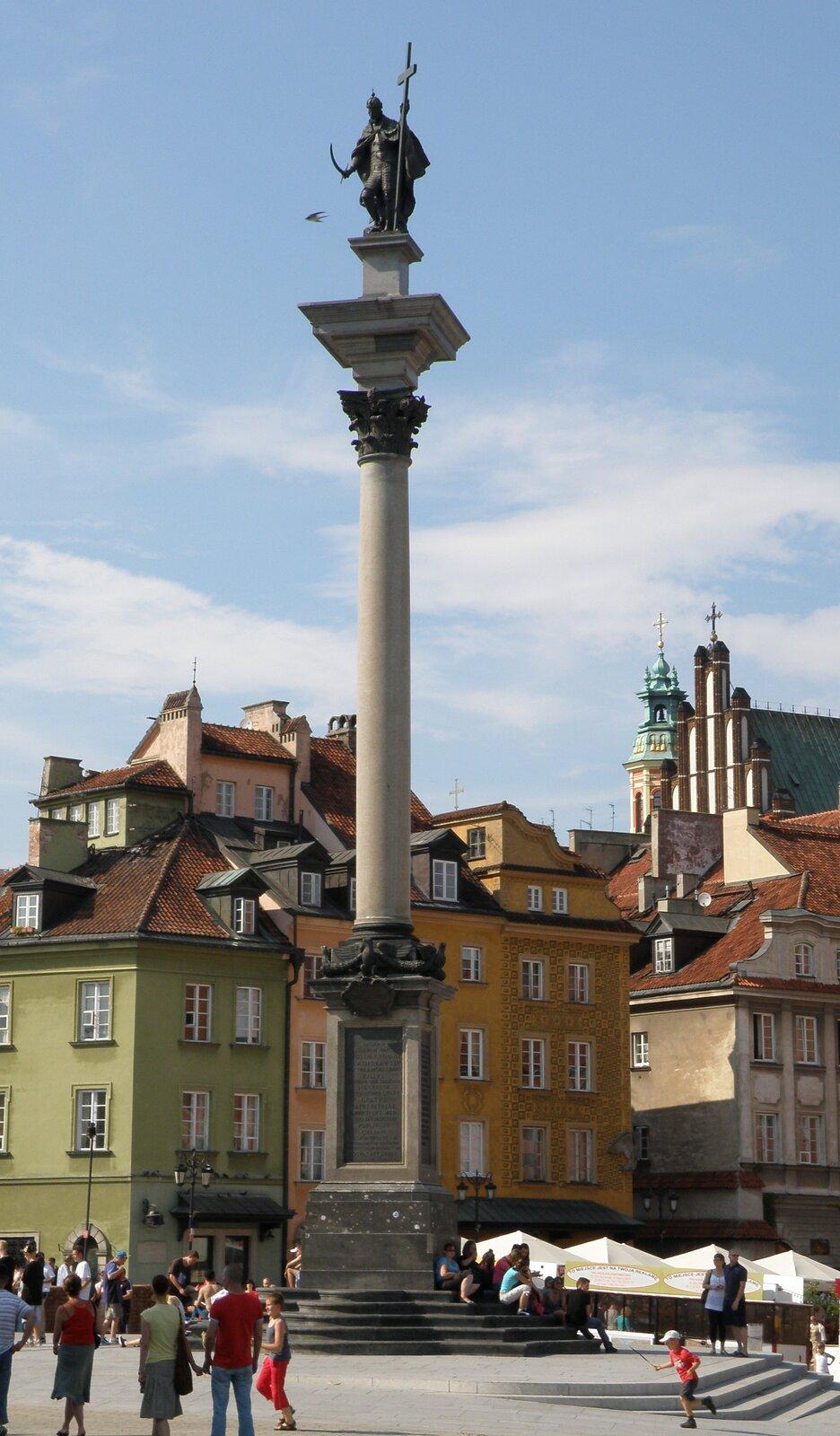zdjęcie przedstawia wysoką kolumne zpomnikiem człowieka. Jest to kolumna Zygmunta wWarszawie