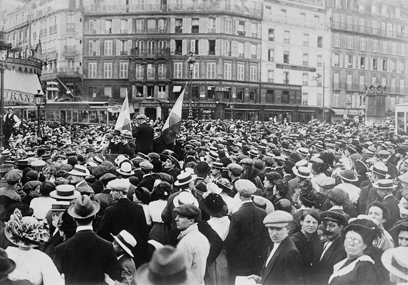 zdjęcie przedstawiające rezerwistów itłum na Gare de l'Est (stacja kolejowa) Źródło: Bain News Service, zdjęcie przedstawiające rezerwistów itłum na Gare de l'Est (stacja kolejowa), 1914, domena publiczna.
