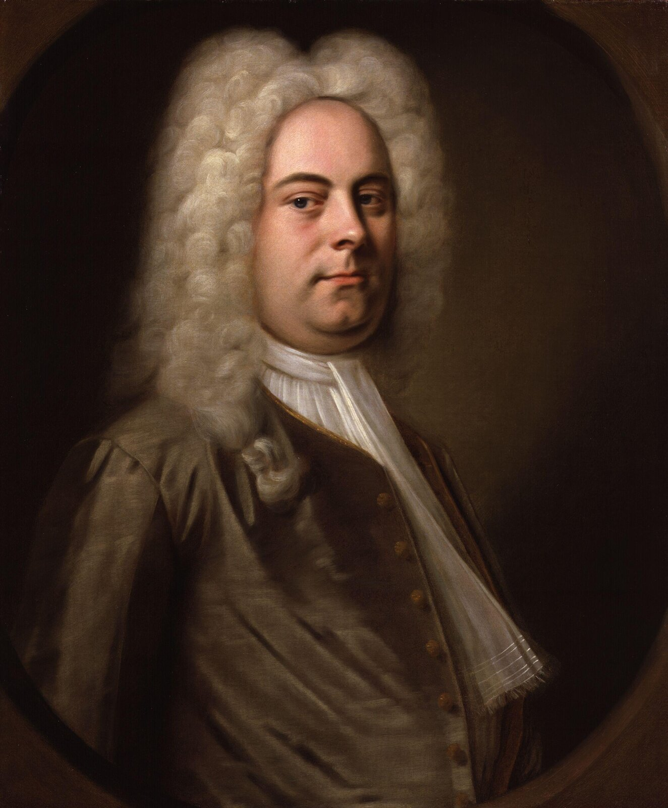 """Na ilustracji obraz autorstwa Balthasara Denner """"Portret Jerzego Fryderyka Händela"""". Kompozytor przedstawiony jest jako postawny mężczyzna, zokrągłą twarzą. Muzyk ma na głowie długą białą perukę. Ubrany jest wbiałą koszulę ibeżowy surdut."""