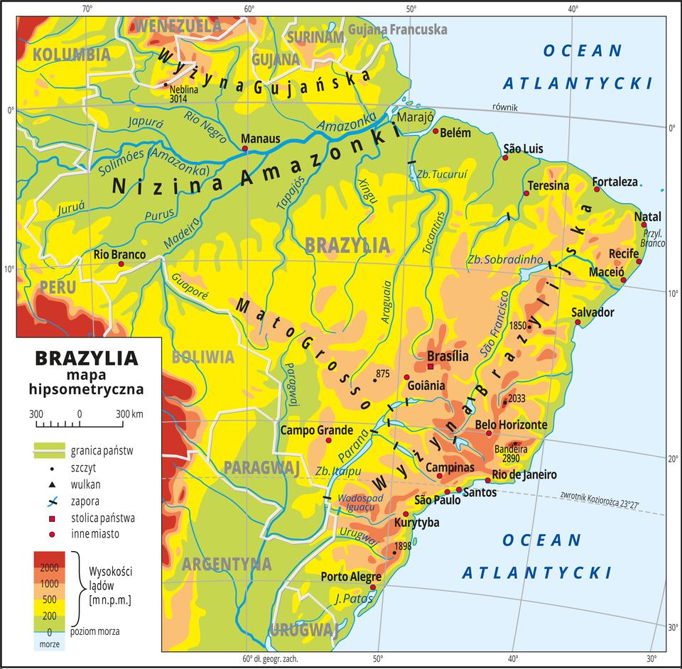 Ilustracja przedstawia mapę hipsometryczną Brazylii. Wobrębie lądów występują obszary wkolorze zielonym, żółtym, pomarańczowym iczerwonym. Rozległe niziny wokół największych rzek. Na wschodnim wybrzeżu tereny wyżynne. Morza zaznaczono kolorem niebieskim. Na mapie opisano nazwy półwyspów, wysp, nizin, wyżyn ipasm górskich, mórz, zatok, rzek ijezior. Oznaczono iopisano stolice igłówne miasta. Opisano nazwy państw. Oznaczono czarnymi kropkami iopisano szczyty górskie. Trójkątami oznaczono wulkany ipodano ich nazwy iwysokości. Mapa pokryta jest równoleżnikami ipołudnikami. Dookoła mapy wbiałej ramce opisano współrzędne geograficzne co dziesięć stopni. Wlegendzie umieszczono iopisano znaki użyte na mapie.
