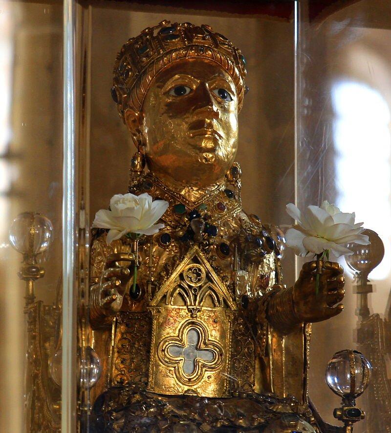 Statua relikwiarzowa św. Foy (św. Fides), ok. 984, drewno, złote blachy, kamienie szlachetne, emalia, 85 cm, skarbiec opactwa benedyktynów, Conques-en-Rouerque Statua relikwiarzowa św. Foy (św. Fides), ok. 984, drewno, złote blachy, kamienie szlachetne, emalia, 85 cm, skarbiec opactwa benedyktynów, Conques-en-Rouerque Źródło: ZiYouXunLu, licencja: CC BY 3.0.