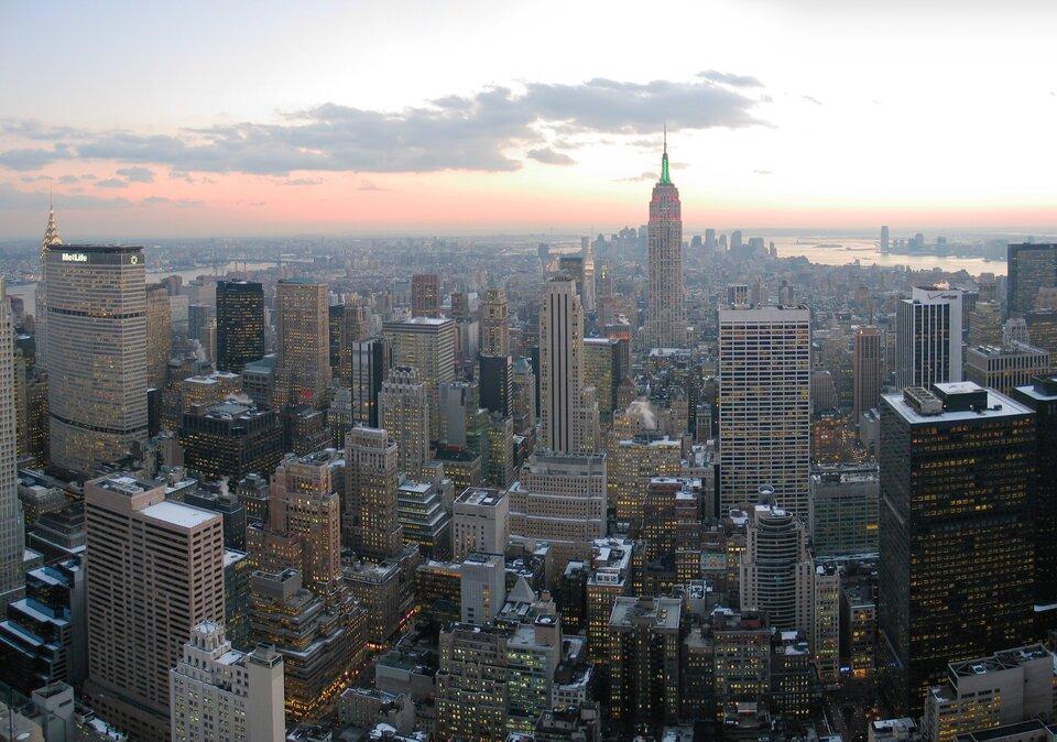 Na zdjęciu widok zlotu ptaka. Duże miasto, teren gęsto zabudowany, wysokościowce. Nie ma roślinności. To Nowy Jork.