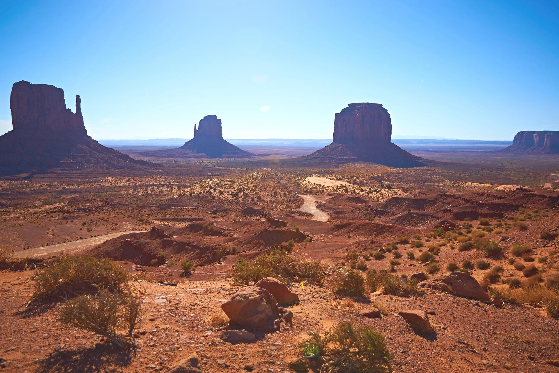 Fotografia prezentuje krajobraz pustyni skalistej strefy międzyzwrotnikowej