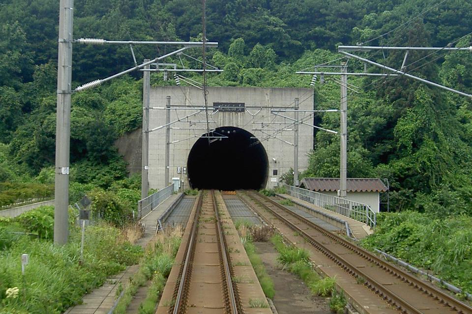Fotografia prezentuje linię kolejową prowadząca do tunelu .