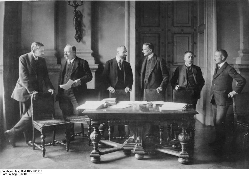 Delegacja niemiecka na konferencji wParyżu Delegacja niemiecka na konferencji wParyżu Źródło: Bundesarchiv, Bild 183-R01213, licencja: CC BY-SA 3.0.