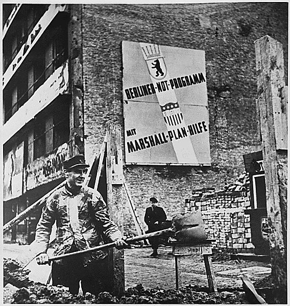 Powojenna odbudowa zachodnich sektorów Berlina Źródło: Powojenna odbudowa zachodnich sektorów Berlina, Fotografia, Narodowe Archiwum USA, domena publiczna.
