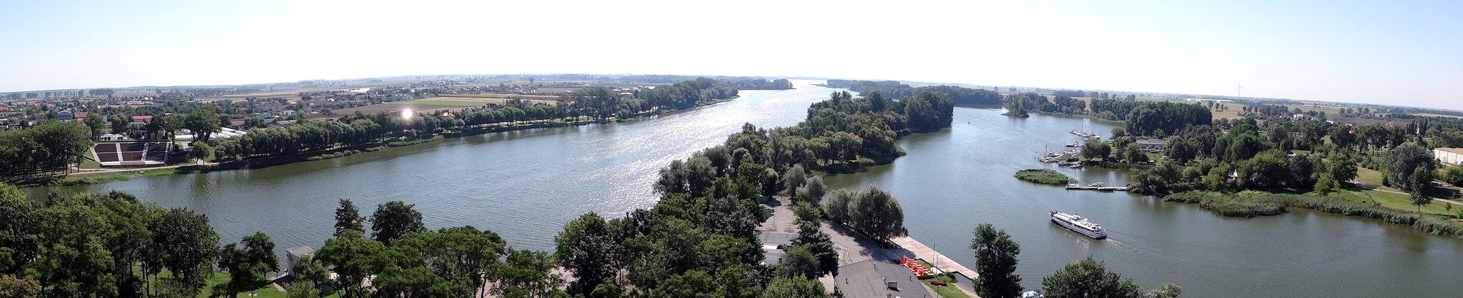 Widok na jezioro Gopło zMysiej Wieży Widok na jezioro Gopło zMysiej Wieży Źródło: 1bumer, licencja: CC BY-SA 3.0.