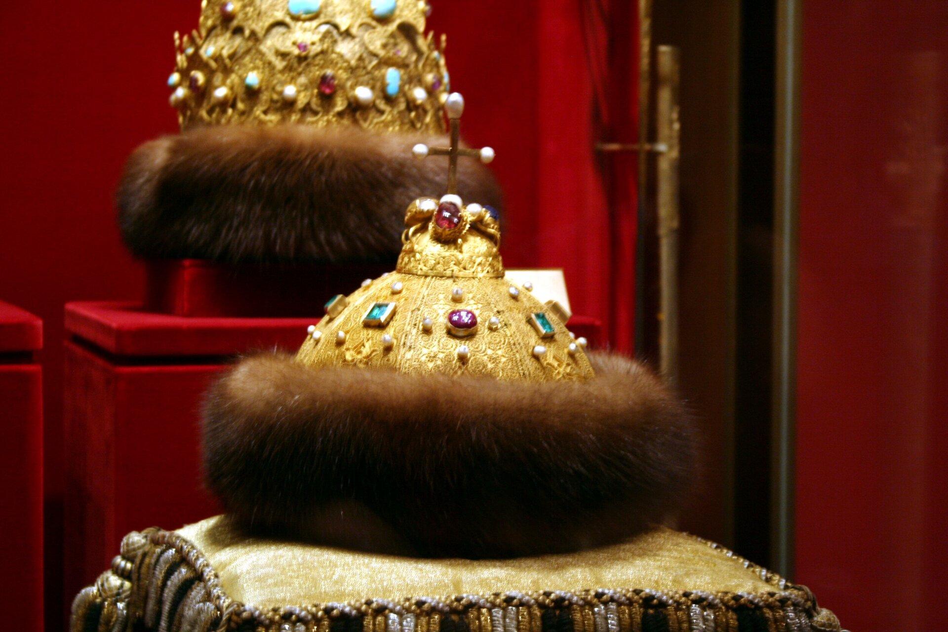 """Tzw. """"Czapka Monomacha"""", insygnium koronacyjne carów rosyjskichdo czasów Piotra I, który ogłosił się w1721r. cesarzem (imperatorem) Cesarstwa Rosyjskiego izmienił insygnia koronacyjne. Obecnie prezentowana jest wMuzeum Kremlowskim wMoskwie. Według legendy Czapkę miał podarować cesarz bizantyjski Konstanty IX księciu Kijowskiemu Włodzimierzowi II Monomachowi, co symbolizować miało przejęcie sukcesji przez Moskwę po Rzymie iKonstantynopolu. Tzw. """"Czapka Monomacha"""", insygnium koronacyjne carów rosyjskichdo czasów Piotra I, który ogłosił się w1721r. cesarzem (imperatorem) Cesarstwa Rosyjskiego izmienił insygnia koronacyjne. Obecnie prezentowana jest wMuzeum Kremlowskim wMoskwie. Według legendy Czapkę miał podarować cesarz bizantyjski Konstanty IX księciu Kijowskiemu Włodzimierzowi II Monomachowi, co symbolizować miało przejęcie sukcesji przez Moskwę po Rzymie iKonstantynopolu. Źródło: Ramón, Wikimedia Commons, licencja: CC BY-SA 2.0."""