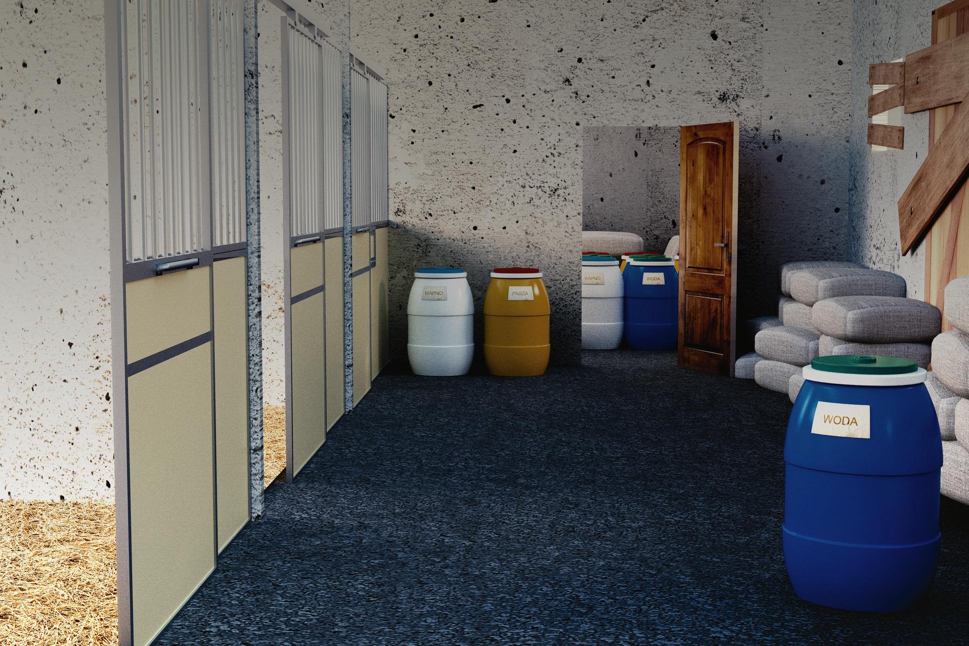 Kolorowe zdjęcie przedstawia wnętrze budynku inwentarskiego. Wnętrze wperspektywie zbieżnej. Zprawej strony stoi duża plastikowa beczka. Na beczce napis: woda. Za beczką, wzdłuż prawej ściany, worki ułożone po 4 jeden na drugim. Wtle, otwarte drzwi do drugiego pomieszczenia. Na lewo od drzwi dwie plastikowe beczki. Wzdłuż lewej ściany drzwi do pozostałych pomieszczeń.