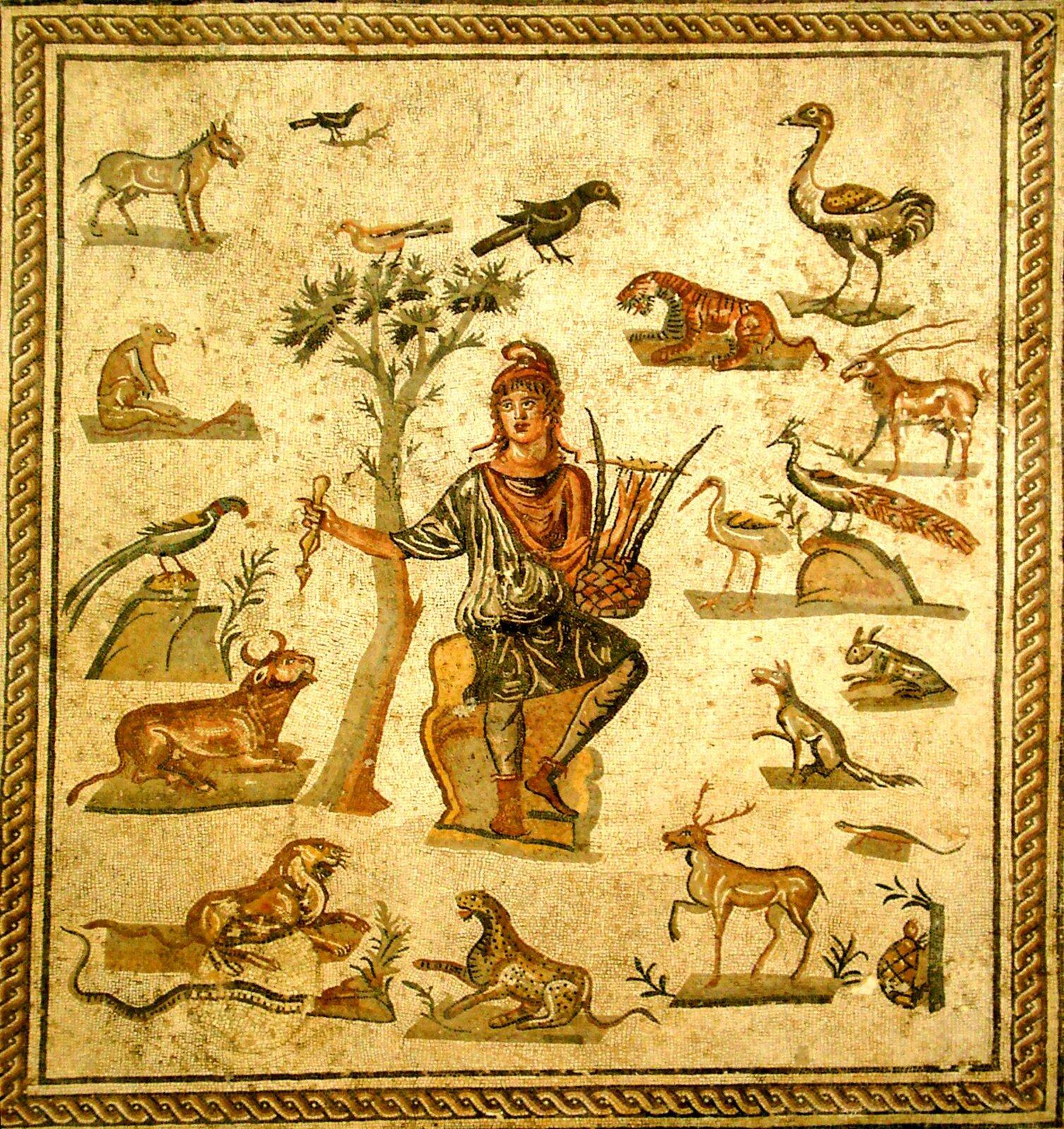 """Ilustracja przestawia mozaikę rzymską zatytułowaną """"Orfeusz wotoczeniu zwierząt"""". Jest ona utrzymana wciepłej tonacji. Na jasnożółtym tle pośrodku widnieje postać Orfeusza siedzącego na skale pod drzewem. Jest ubrany wkrótką szatę; wjednej ręce trzyma lirę, wdrugiej przyrząd do szarpania strun. Dookoła postaci Orfeusza przedstawione są różne zwierzęta, wtym liczne ptaki. Wydają się słuchać dźwięków muzyki."""