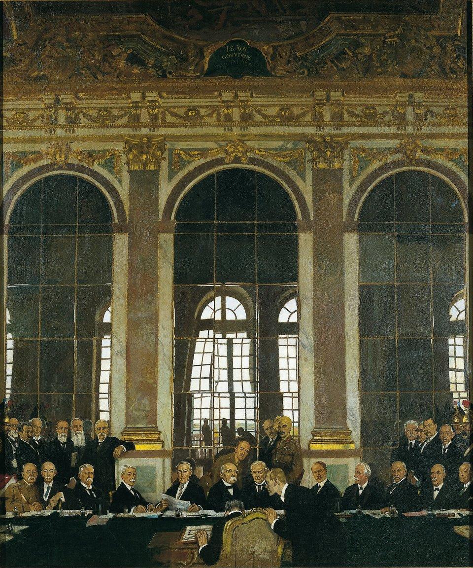 Podpisanie traktatu wSali Lustrzanej Źródło: William Orpen, Podpisanie traktatu wSali Lustrzanej, 1919, Olej, Imperial War Museum, domena publiczna.