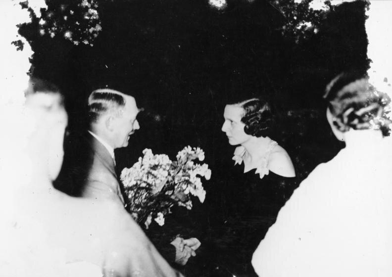 Adolf Hitler iLeni Riefenstahl Adolf Hitler iLeni Riefenstahl Źródło: Bundesarchiv Bild 183-R99035, licencja: CC BY-SA 3.0.