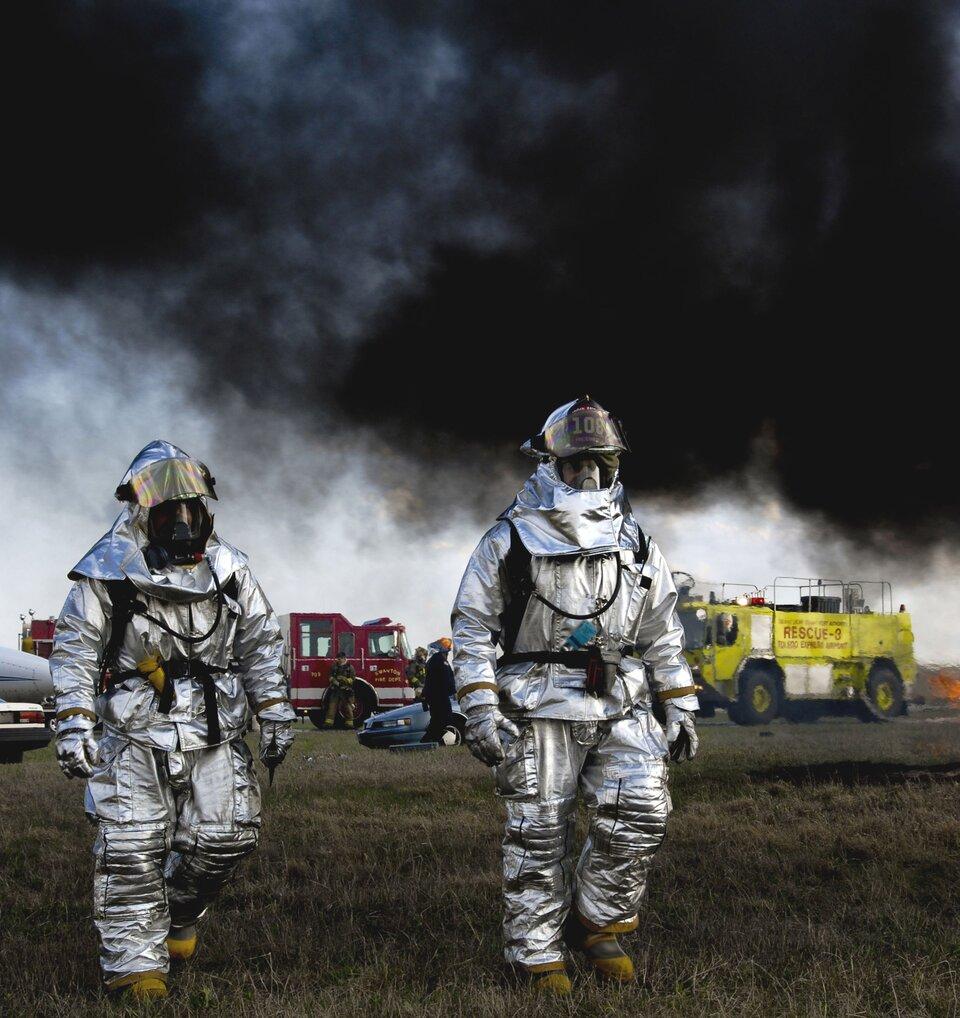 Substancje chemiczne mogą dostawać się do organizmu człowieka przez drogi oddechowe. Zatrucia przez drogi oddechowe substancjami toksycznymi uznawane są za najbardziej niebezpieczne. Szybkość zatrucia zależy nie tylko od stężenia substancji wpowietrzu ijej rozpuszczalności wpłynach tkankowych, lecz także od szybkości oddechu ipracy serca.