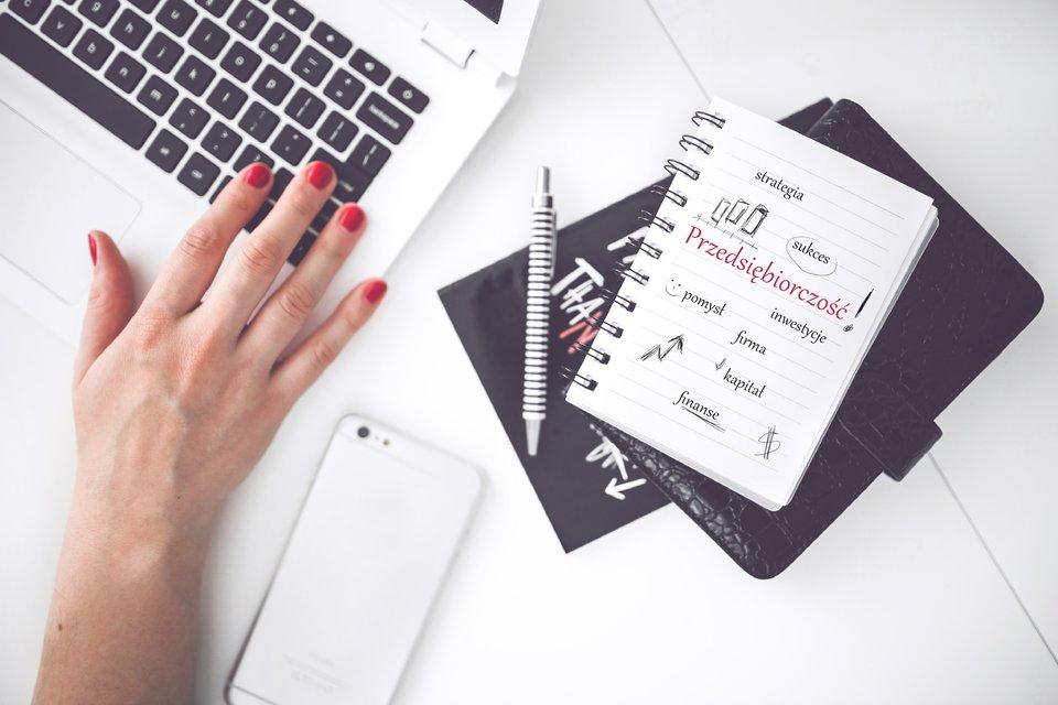 biurko współczesnego przedsiębiorcy Źródło: pexels, biurko współczesnego przedsiębiorcy, licencja: CC 0.