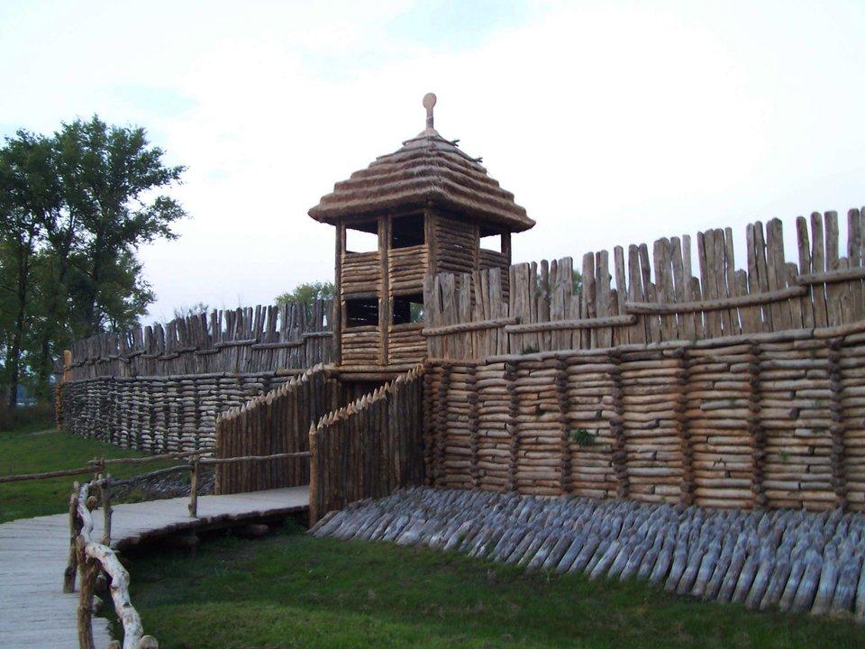 Brama zrekonstruowanej osady wBiskupinie Brama zrekonstruowanej osady wBiskupinie Źródło: Fazer, Wikimedia Commons, licencja: CC BY-SA 2.5.
