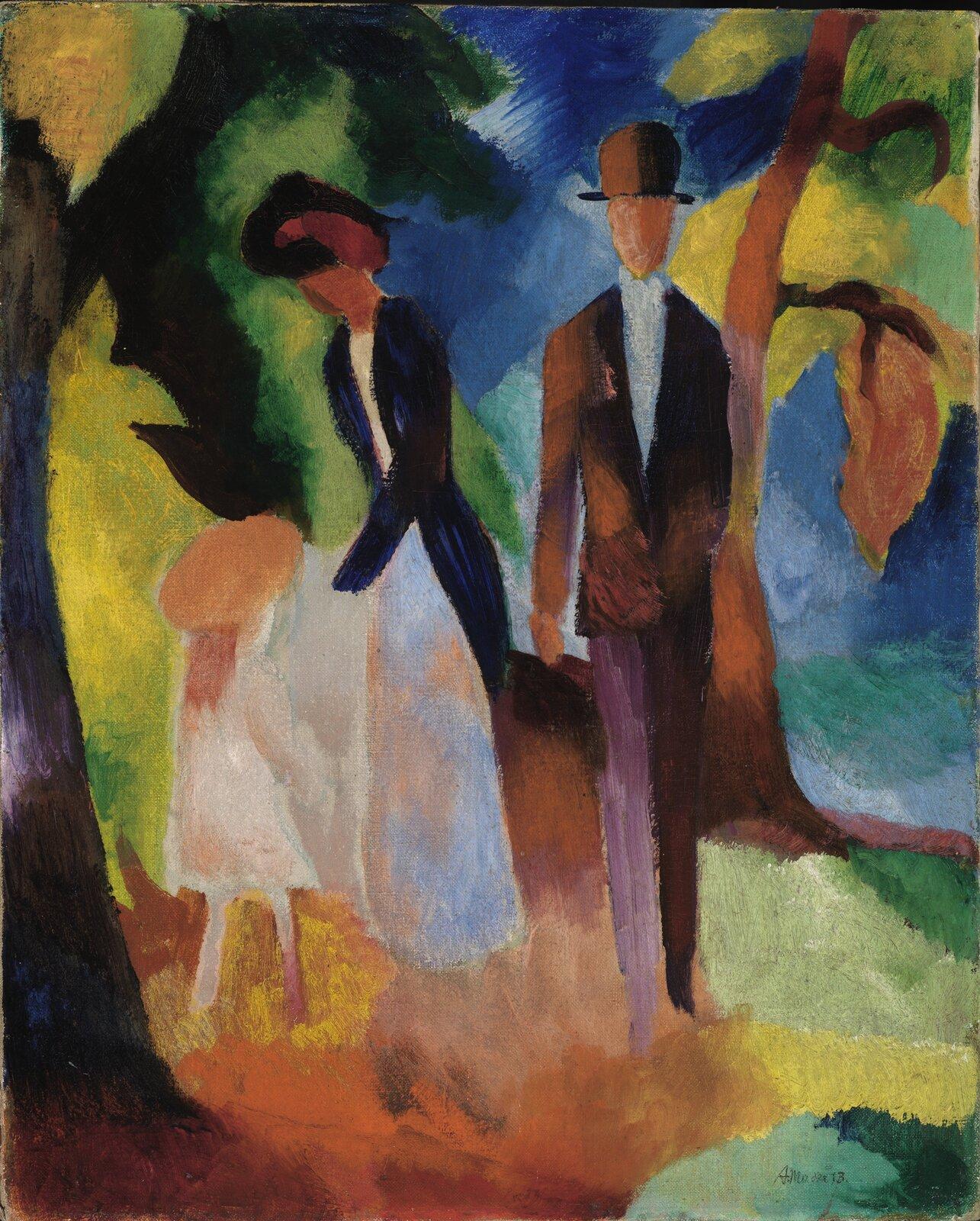 """Ilustracja przedstawia dzieło Augusta Macka, """"Ludzie nad błękitnym jeziorem"""". Kolorowy abstrakcyjny obraz ukazuje dziecko, kobietę imężczyznę na spacerze. Są na pierwszym planie. Postacie nie mają szczegółów. Mężczyzna ma brązowy kapelusz imarynarkę, spodnie, których jedna nogawka jest brązowa, adruga fioletowa. Kobieta jest wjasnej sukni igranatowym żakiecie. Pochyla się lekko nad dziewczynką wberecie. Obok nich rosną dwa drzewa."""