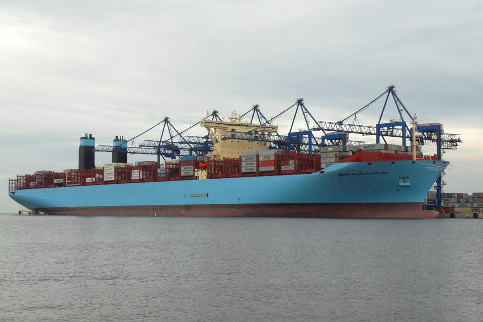 Zdjęcie wielkiego kontenerowca zbliżającego się do portu