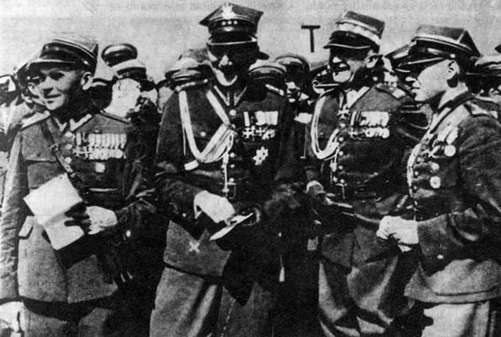 Bolesław Wieniawa-Długoszowski (trzeci od lewej), obok Józef Beck (drugi od lewej) podczas spotkania legionistów wKrakowie wlatach 30. Źródło: Bolesław Wieniawa-Długoszowski (trzeci od lewej), obok Józef Beck (drugi od lewej) podczas spotkania legionistów wKrakowie wlatach 30., Fotografia, domena publiczna.