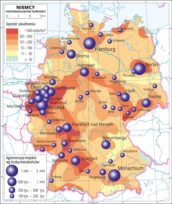 Ilustracja przedstawia mapę Niemiec. Na mapie przedstawiono rozmieszczenie ludności. Kolorami od zielonego (jedna niewielka plama) przez żółty ipomarańczowy do czerwonego przedstawiono gęstość zaludnienia. Plamy rozkładają się nieregularnie, wokół miast kolor pomarańczowy iczerwony oznaczający dużą gęstość zaludnienia, nawet powyżej pięciuset osób na kilometr kwadratowy. Najgęściej zaludnione obszary na zachodzie Niemiec. Na mapie różnej wielkości sygnatury (koła) obrazujące aglomeracje miejskie wg liczby mieszkańców: Hamburg, Berlin, Monachium, Kolonia – od jednego miliona do pięciu milionów mieszkańców. Hanover, Drezno, Lipsk, Frankfurt nad Menem Stuttgart, Dortmund od pięciuset tysięcy mieszkańców do miliona. Kilkanaście mniejszych sygnatur poniżej dwustu pięćdziesięciu tysięcy mieszkańców. Mapa zawiera południki irównoleżniki, dookoła mapy wbiałej ramce opisano współrzędne geograficzne co dwa stopnie.