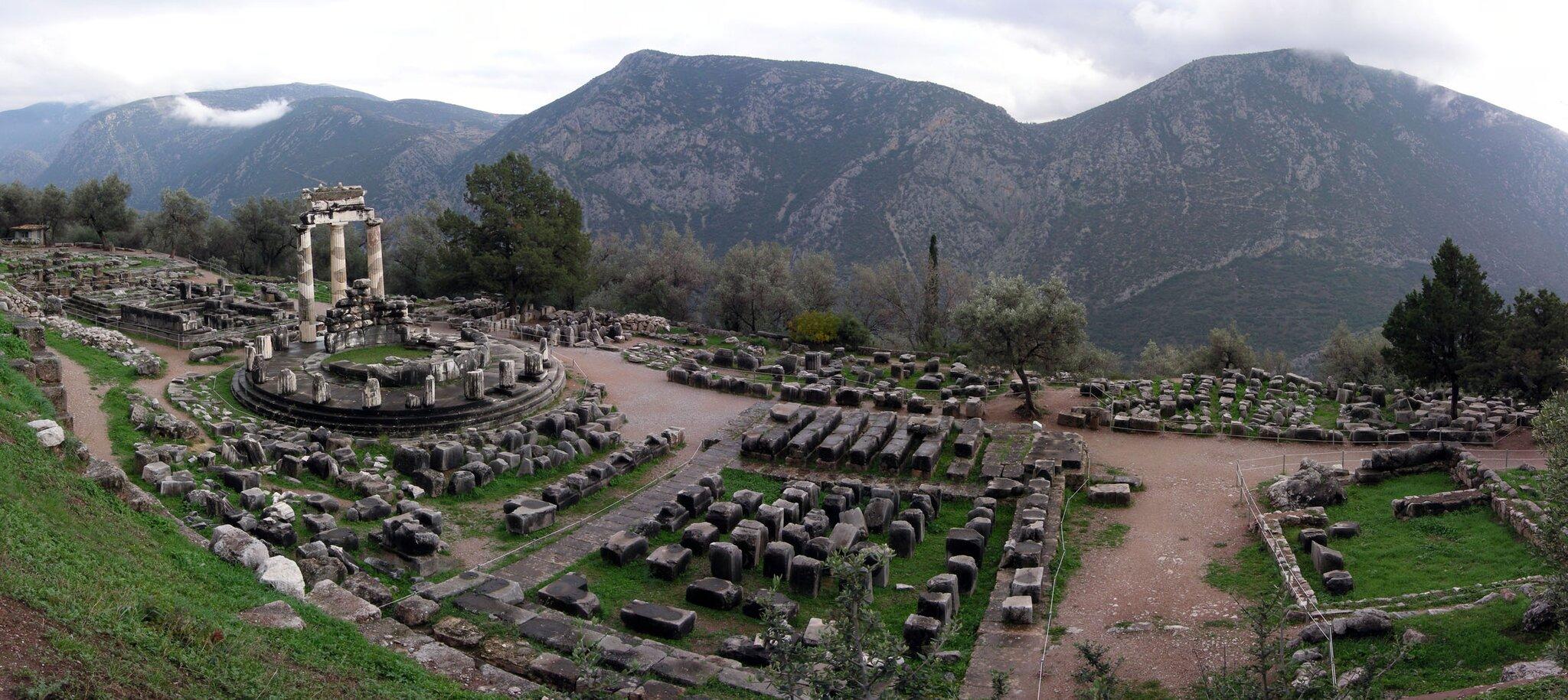 Świątynia Ateny wDelfach Świątynia Ateny wDelfach Źródło: Luarvick, licencja: CC BY-SA 3.0.