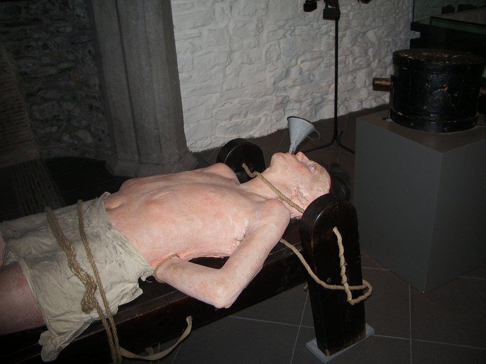 Muzeum tortur. Komitet przeciwko Torturom został utworzony na podstawie art. 17 Konwencji wsprawie zakazu stosowania tortur oraz innego okrutnego, nieludzkiego lub poniżającego traktowania albo karania, ajego celem jest nadzorowanie realizacji postanowień tejże konwencji. Kampanię na rzecz Konwencji wsprawie zakazu tortur prowadziła przez wiele lat organizacja Amnesty International realizująca działania zapobiegające naruszeniom praw człowieka za pośrednictwem pokojowych akcji obywatelskich.