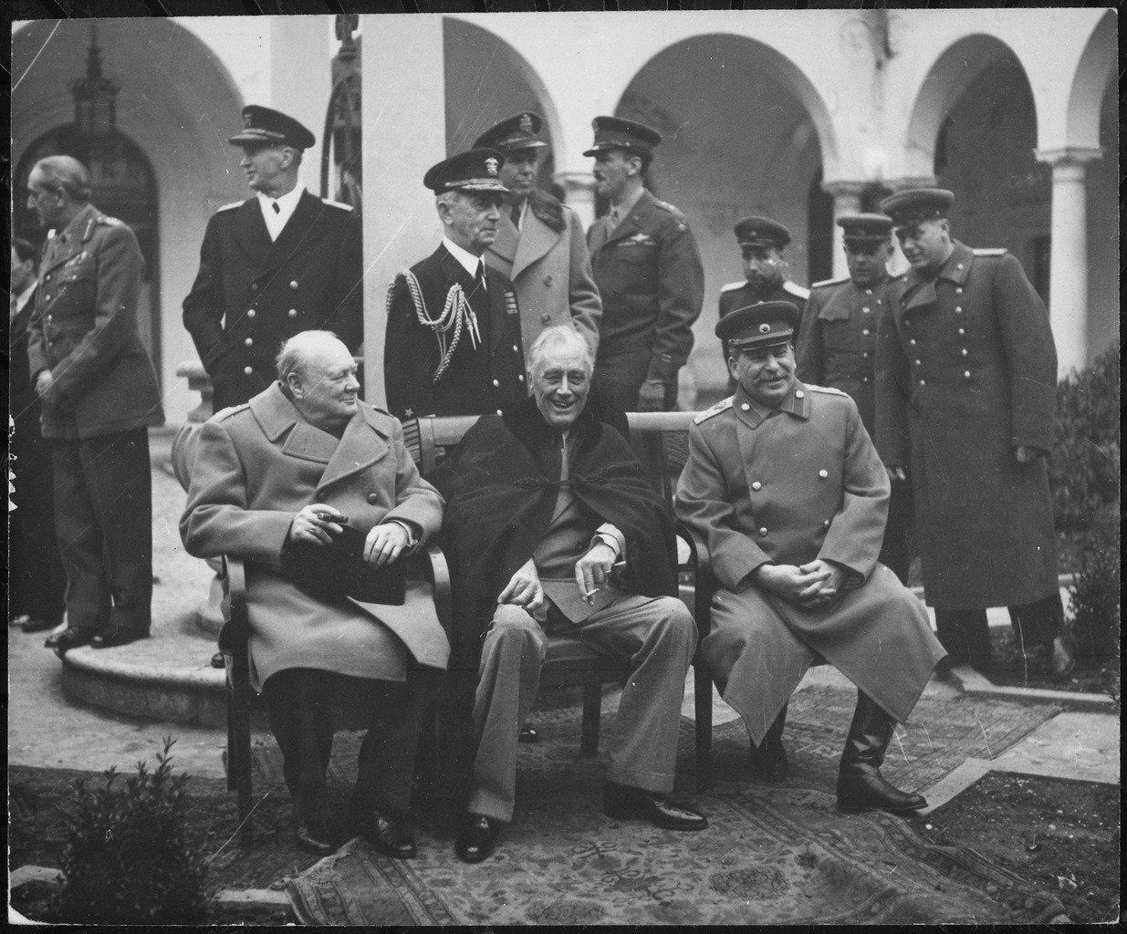 Spotkanie Winstona Churchilla, Józefa Stalina iFranklina D. Roosevelta wJałcie Źródło: Spotkanie Winstona Churchilla, Józefa Stalina iFranklina D. Roosevelta wJałcie , Fotografia, Archiwum Narodowe USA, domena publiczna.