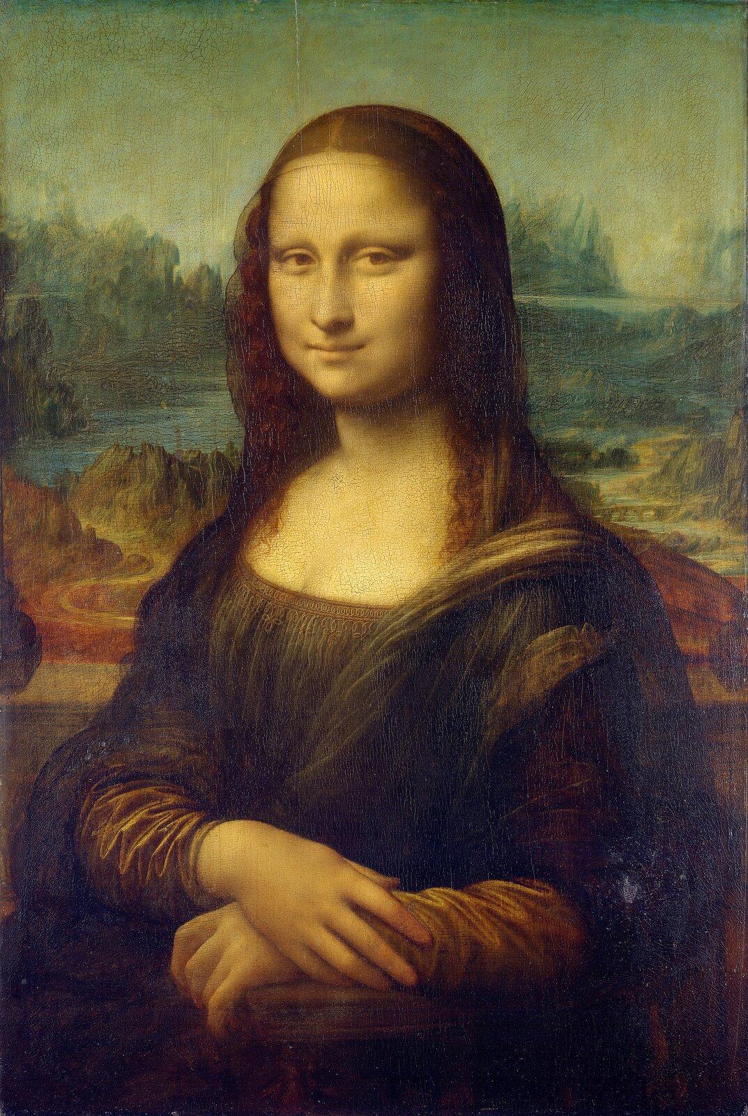 """Ilustracja przedstawia portret Leonarda da Vinci """"Mona Lisa"""", na którym na pierwszym planie ukazana jest wpołowie postaci Lisa Gherardini. Kobieta ujęta została zlewego półprofilu. Stoi na tle dalekiego, rozległego pejzażu zzałożonymi na pulpicie rękoma. Ma luźno rozpuszczone włosy, wysokie czoło, ana jej twarzy widnieje tajemniczy uśmiech. Portret charakteryzuje się miękkością modelunku isubtelną elegancją pozy."""