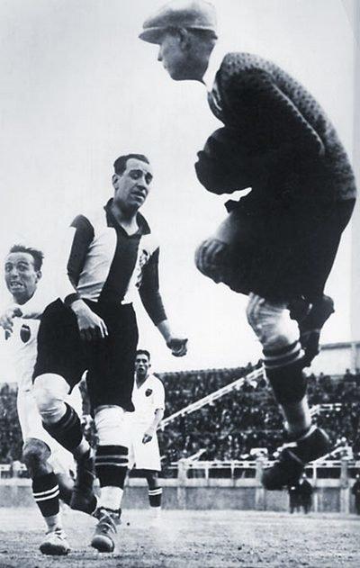 Ricardo Zamora, bramkarz hiszpański(po prawej). Ricardo Zamora, bramkarz hiszpański(po prawej). Źródło: domena publiczna.