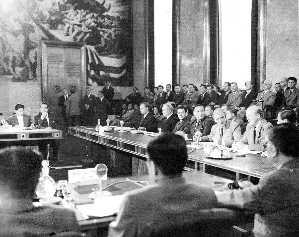 Konferencja wGenewie w1954 roku Konferencja wGenewie w1954 roku, na której usankcjonowano podział Wietnamu wzdłuż 17 równoleżnika oraz potwierdzono niezależność Laosu iKambodży Źródło: Konferencja wGenewie w1954 roku , Fotografia, domena publiczna.