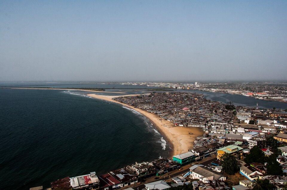 Na zdjęciu wybrzeże morza, zabudowa portowa.