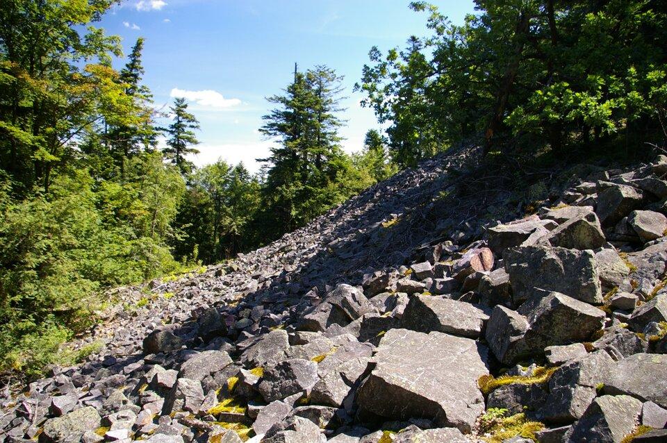Na zdjęciu stok góry zasypany głazami oostrych krawędziach.