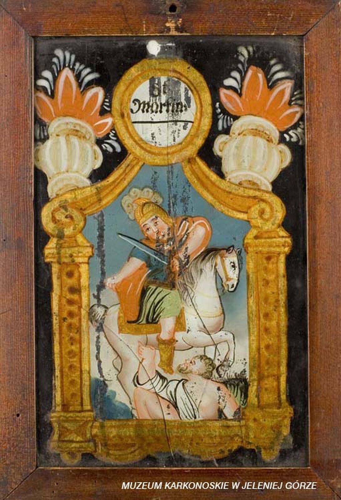 Ilustracja przedstawia malowidło na szkle, które ukazuje świętego Marcina. Ubrany jest wzbroję, awręku trzyma miecz. Ukazany jest jako legionista na białym koniu, dający część swojego płaszcza biedakowi. Scena otoczona jest dekoracją wpostaci złotej ramy, złożonej zpodstawy, kolumn, na których spoczywają woluty zwieńczone owalnym medalionem znapisem St Martin. Na wolutach ustawione są dwa dzbany, zktórych wydobywają się płomienie.