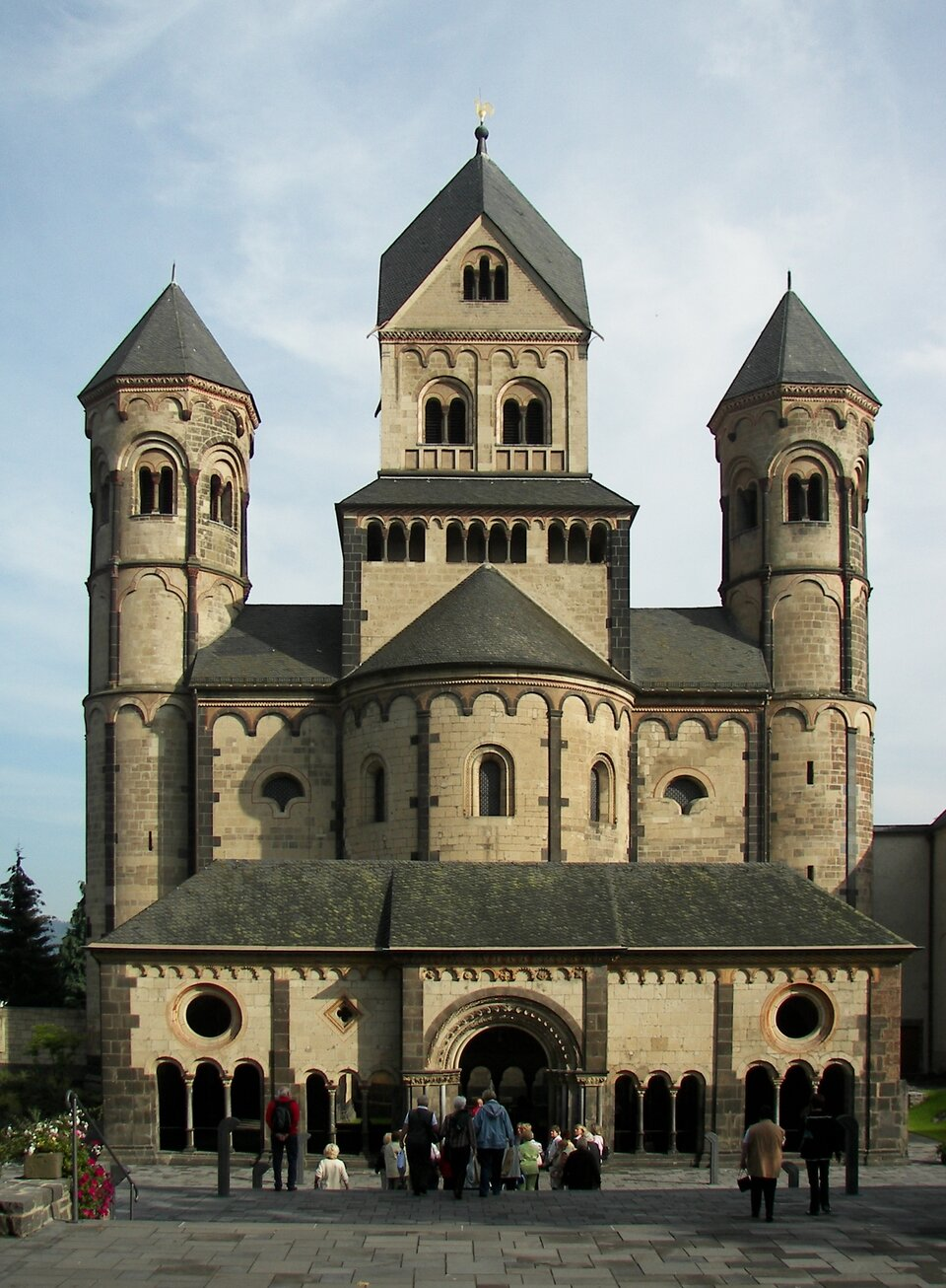Kościół opactwa Maria Laach, XII w. (portyk przed kościołem - 1 ćw. XIII w.) Źródło: Nikanos, Kościół opactwa Maria Laach, XII w. (portyk przed kościołem - 1 ćw. XIII w.), licencja: CC BY-SA 2.5.