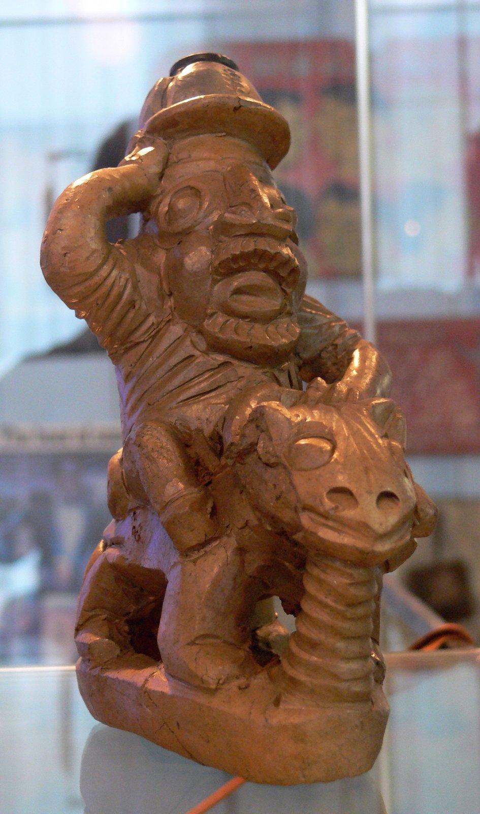 Salutujący niemiecki żołnierz zterakoty. Kamerun Źródło: Karl Heinrich, Salutujący niemiecki żołnierz zterakoty. Kamerun, 2008, domena publiczna.