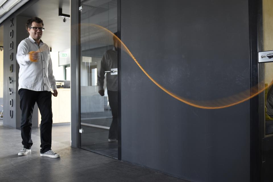 Zdjęcie ukazuje mężczyznę szybko poruszającego liną