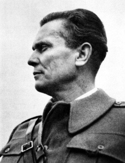 """Josip Broz Tito Josip Broz-Tito (1892–1980). Wokresie Iwojny światowej walczył warmii austro-węgierskiej, dostał się do niewoli rosyjskiej, tam zetknął się zideami komunistycznymi. Był uczestnikiem rewolucji październikowej, przywódcą jugosłowiańskiej komunistycznej partyzantki antyfaszystowskiej wokresie II wojny, przywódcą Socjalistycznej Federacyjnej Republiki Jugosławii od 1945 roku aż do śmierci. Twórca """"titoizmu"""", narodowej odmiany socjalizmu, zakładającej własną drogę kształtowania tego ustroju – bez opierania się na wzorcu radzieckim. Źródło: Marxists Internet Archive, Josip Broz Tito, 1942, Fotografia, Marxists Internet Archive, licencja: CC BY 3.0."""