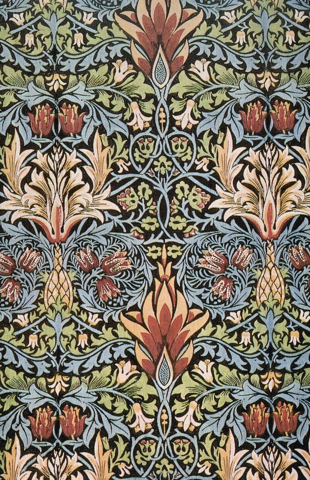 Ilustracja przedstawia tkaninę zaprojektowaną przez Williama Morrisa. Ukazuje on ornament arabeskę. Ukazuje on arabeskę. Jest to ornament roślinny zdobiony dodatkowymi elementami.
