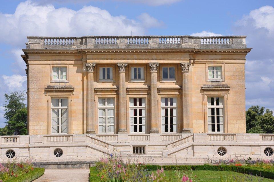 Fasada ogrodowa pałacu Petit Trianon wWersalu Fasada ogrodowa pałacu Petit Trianon wWersalu Źródło: Starus, Wikimedia Commons, licencja: CC BY-SA 3.0.