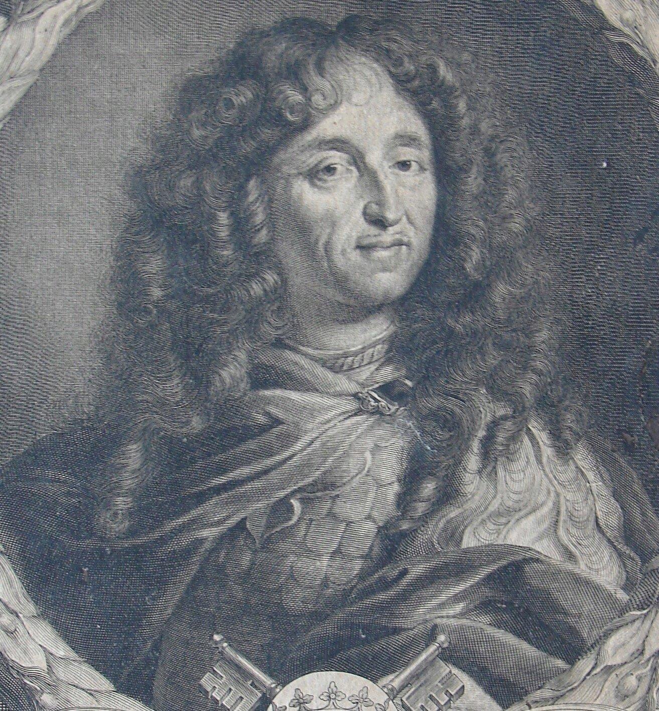 Portret przedstawia mężczyznę wśrednim wieku. Jego twarz okala burza ciemnych loków. Ubrany jest wzbroję izwiewny szal spięty klamrą przy szyi.