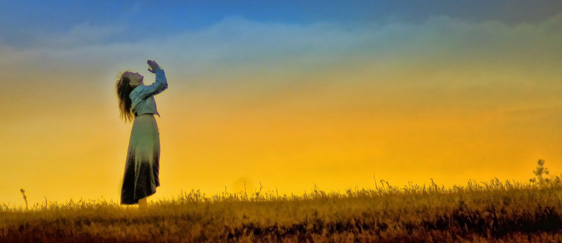 okładka - modląca się dziewczyna Źródło: pixabay, licencja: CC 0.