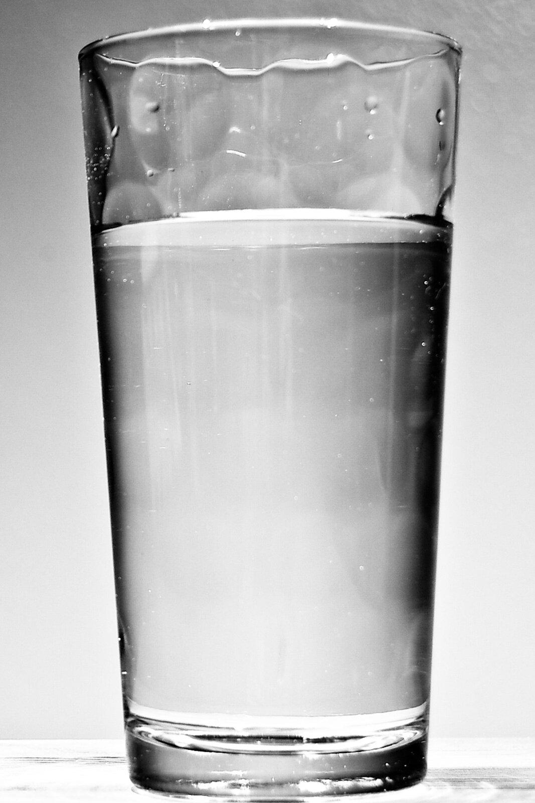 Zdjęcie szklanki zwodą.