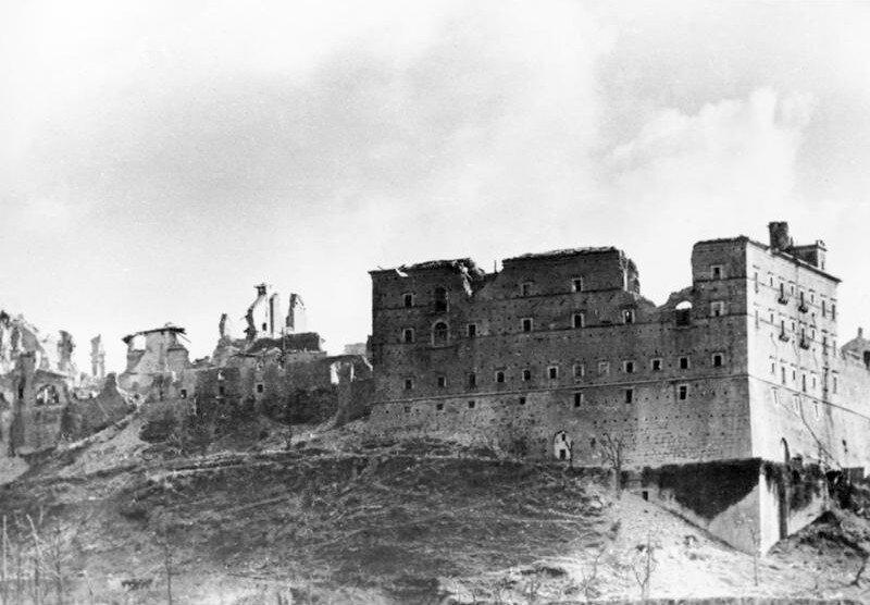 Ruiny Monte Cassino Zdjęcie nr Źródło: Bundesarchiv, Ruiny Monte Cassino, Bundesarchiv, licencja: CC BY-SA 3.0.