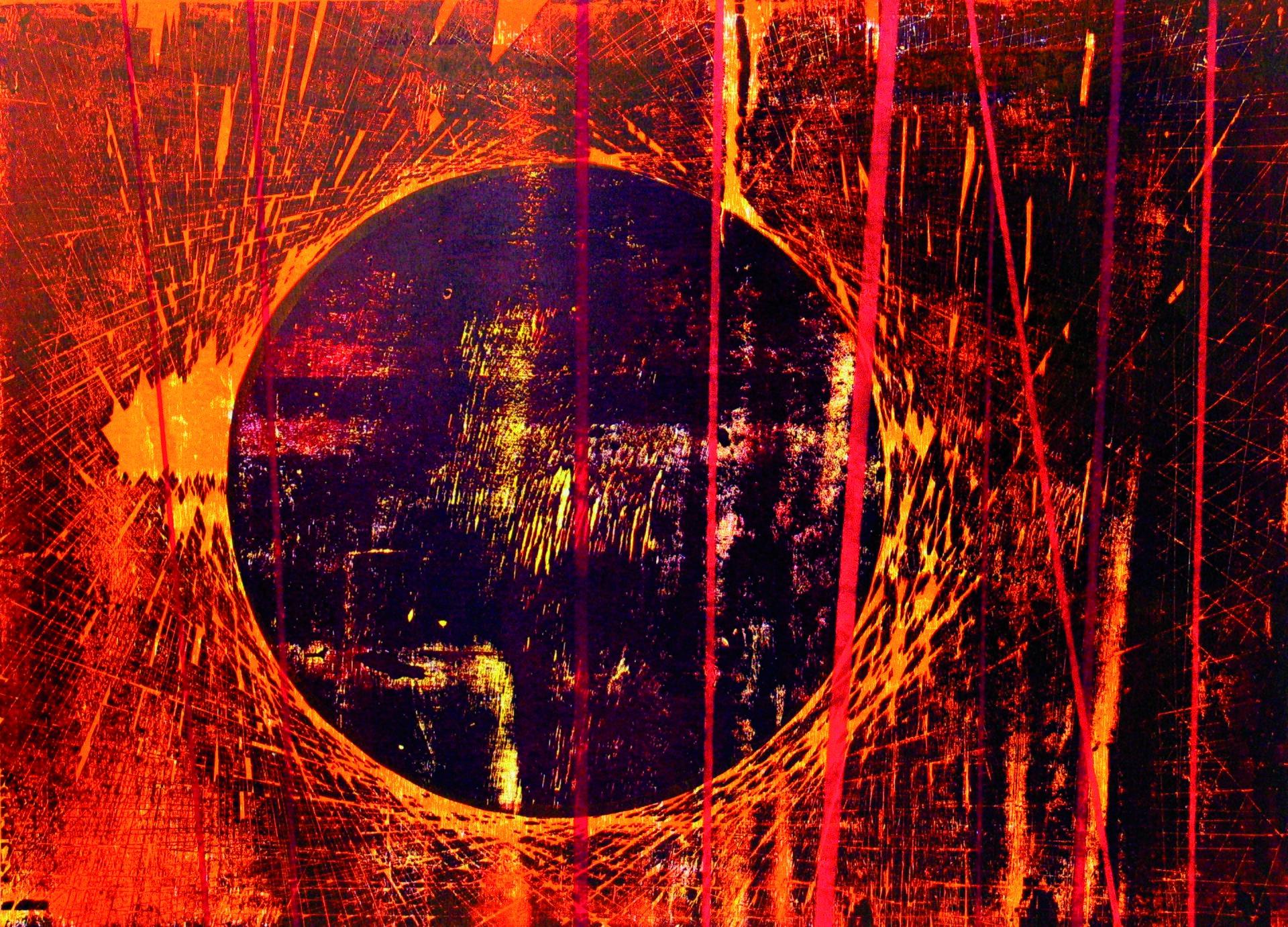 """Ilustracja przedstawia obraz """"Bhamo"""" autorstwa Michała Rygielskiego. Wcentrum abstrakcyjnej kompozycji znajduje się duże, ciemno-fioletowe koło zżółtymi iczerwonymi, nieregularnymi przetarciami. Obwód okrągłego kształtu tworzą cienkie, czerwono-pomarańczowe linie proste, które stykając się ze sobą na jego krawędzi rysują jaskrawy okrąg. Linie te krzyżują się na ciemnym tle obrazu tworząc rozświetloną siatkę wypełniającą kompozycję. Lewą część pracy przecinają pionowe iskośne, jaskrawo-czerwone wąskie paski. Obraz utrzymany jest wnasyconej, gorącej, fioletowo-czerwono-pomarańczowej tonacji."""